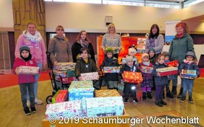 Kinder und Volksbank spenden Geschenke