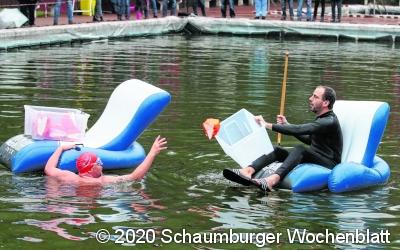 Im Gummisessel paddeln Politiker durch das Becken