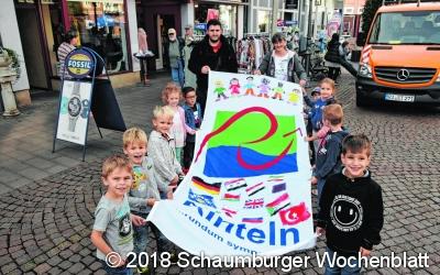 Fahne zum 7. Rintelner Weltkindertag gehisst
