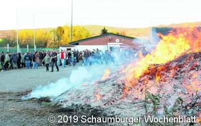 Die Gäste genießen die Zeit am prasselnden Feuer
