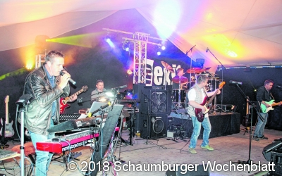 Rockmusik im Zelt und Party