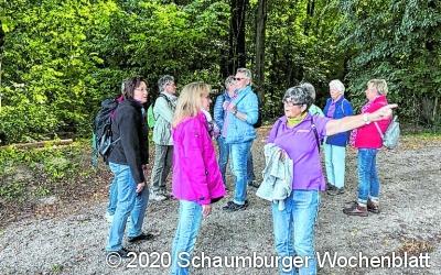 Landfrauen gehen unter Naturfreunde