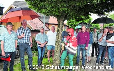 Dorfbewohner begehen die  Hagenhufendörfer im Dülwald