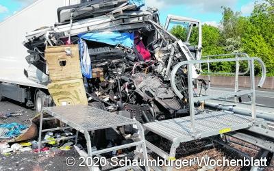 Lkw-Fahrer übersieht Stauende und wird dabei schwer verletzt